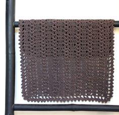 Små fine gæstehåndklæder er en særlig kærlig gestus, synes jeg, og det her lille hæklede håndklæde er i en skøn jordbrun (og praktisk) farve, men det bløde økologiske bomuldsgarn fås i mange dejlige farver, så du kan jo hækle en stak, så der hele tiden er rene på lager. Mønsteret er både fint og nemt. Det økologiske bomuldsgarn er fra…