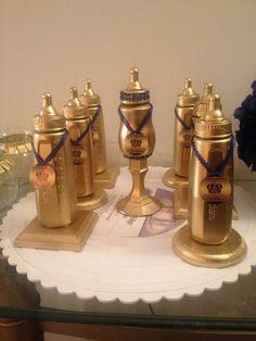 Adornos con biberones dorados para baby shower - http://manualidadesparababyshower.net/adornos-con-biberones-dorados-para-baby-shower/