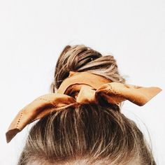 accessorize your hair, perfect bun, perfect chignon Scarf Hairstyles, Messy Hairstyles, Pretty Hairstyles, Hairband Hairstyle, Indian Hairstyles, Hairstyles Videos, Casual Hairstyles, Winter Hairstyles, Everyday Hairstyles
