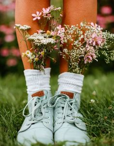 🌲👟🌙Oh hey hey mama pajama, stop the presses: Old Pine High Tops! :: :: Its true you wild dreamers :: :: This BANGin' fabulous shoe has… Spring Aesthetic, Flower Aesthetic, Aesthetic Photo, Aesthetic Pictures, Creative Photography, Photography Poses, Aesthetic Wallpapers, Bloom, Photoshoot