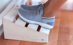 What a great idea! Simple DIY footrest for under the desk. Make using scrap wood… What a great idea! Simple DIY footrest for under the desk. Make using scrap wood with this full tutorial and plans. Easy Small Wood Projects, 2x4 Wood Projects, Wood Projects For Beginners, Beginner Woodworking Projects, Wood Working For Beginners, Woodworking Plans, Lathe Projects, Craft Projects, Diy Laptop Stand