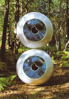 """O par de olhos usado na capa do DVD """"Pulse"""", lançado pelo Pink Floyd em 2006, vai à leilão no dia 13 de outubro em West Sussex, no Reino Unido. A obra, criada por Storm Thorgerson e confeccionada em uma mescla de metal, papel e plástico, deve fechar em cerca de 28 mil reais conforme os organizadores"""