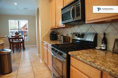 ¿Te gusta los diseños que tiene esta cocina y la excelente ubicación dentro de la casa? Sólo es una característica de las muchas que 7 Archer Oak te ofrece. #casas #casa #interiores #decoración #diseño #cocina #electrodomésticos #electrónico #comedor #granito