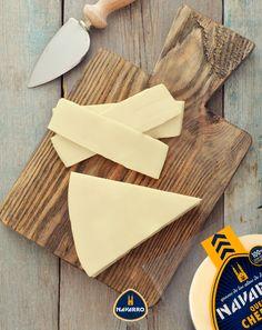 Tu mejor aliado desde hoy: un cuchillo para queso. Te ayudará a cortar con mayor facilidad y precisión.