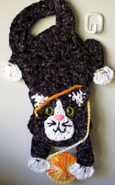 Crochet cat playing with yarn, by Jerre Lollman