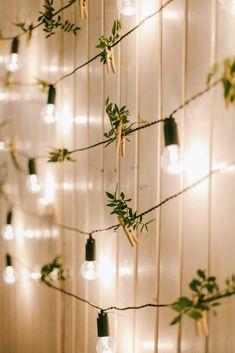 Ideen gesammelt, womit ihr schnell und ohne viel Aufwand festliche Stimmung in eure Hochzeitslocation zaubern könnt. Outdoor Lighting, Track Lighting, Wedding Lighting, Light Decorations, Wedding Decorations, Decor Wedding, Wedding Ideas, Wall Lights, Ceiling Lights