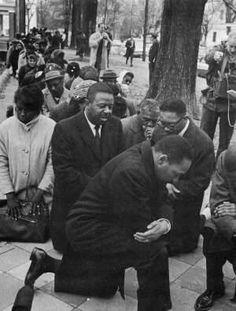 Martin Luther King, Jr. orando durante protesto pelos direitos civis dos negros