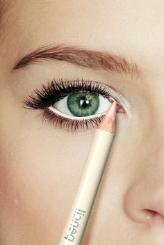 Cosmetics are substances or products used to affix or correct the tone of the point of view or . Common make-up items include: lipstick ** Check out this great product. (This is an affiliate link) Beauty Secrets, Beauty Hacks, Smoky Eyes, White Eyeliner, Tips Belleza, Eye Make Up, Beauty Make Up, Makeup Art, Green Eyes