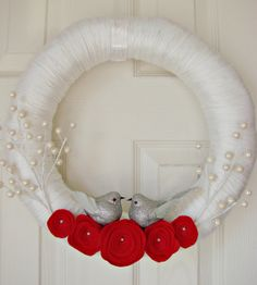 white yarn wrapped holiday wreath with red felt flowers and pearl berries Felt Flower Wreaths, Felt Wreath, Wreath Crafts, Diy Wreath, Felt Flowers, Yarn Wreaths, Wreath Making, Holiday Wreaths, Holiday Crafts