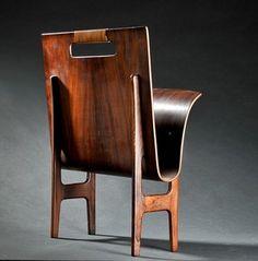 Ejnar Larsen & Axel Bender Madsen. Avisholder af formbøjet palisander med hank omviklet med bambus. H. 54, B. 45 cm. Mindre brugsspor.