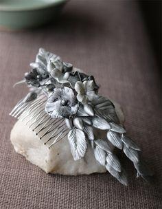 Sencillez y originalidad en una pieza de flores de cera en tonos plata que puedes lucir tanto si eres novia como si eres invitada #tocadodenovia #lookdeboda #invitadadenoche #handmade #vintage @nilataranco nilataranco