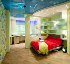 Fabelhafte Kinderschlafzimmer mit Disko-Beleuchtung, Bett Höhle und farbigen Wänden
