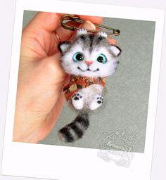 """Svetlana  Klyusheva on Instagram: """"брошь котёнок :) при маме"""" Needle Felted Cat, Needle Felted Animals, Felt Animals, Fuzzy Felt, Wool Felt, Felt Cat, Felt Brooch, Felt Toys, Cat Lover Gifts"""