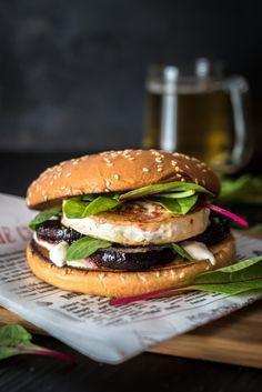 Punajuuri-vuohenjuustohampurilainen // Beetroot & Goat Cheese Hamburger Food & Style Mika Rampa, Perinneruokaa prkl Photo Mika Rampa www.maku.fi