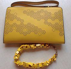 Detalles del look de hoy... #ideassoneventos  #ideassoneventos #imagenpersonal #imagen #moda #ropa #looks #vestir #detalles #details #fashion #style #outfit #tendencias #fashionblogger #personalshopper #ootd #outfitofday #instamood #streetstyle #amarillo #yellow #bag #collar #bolso #necklace