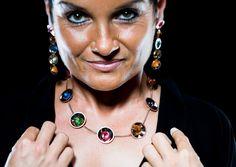 INSIDERIN WESTSTEIERMARK: BARBARA GRESSL    Die Gold- und Silberschmiedin Barbara Gressl fertigt Schmuck mit besonderen Edelsteinen und Perlen. In Köflach und Graz führt sie mit ihrer Schwester Elisabeth zwei Shops.