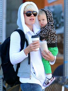 great mommy style- functional and looks cool! Pregnant Celebrities, Celebrity Kids, Mommy Style, How To Show Love, Looks Cool, Eminem, Mom And Dad, Girl Crushes, Actors & Actresses