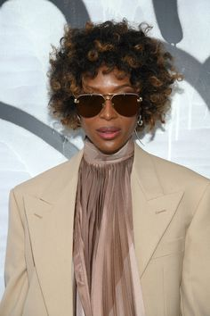 Naomi Campbell has given her Signature Straight Hair a new look Short Curls, Short Curly Hair, Curly Hair Styles, Natural Hair Styles, Naomi Campbell Hair, Nagel Blog, Natural Hair Inspiration, Hair A, Straight Hairstyles