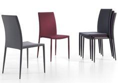 Moderna silla apilable de PVC. Tapizado en tela. Se venden en juegos de 2 sillas.