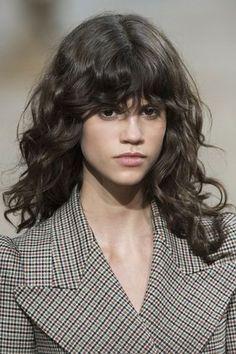 Comment porter la frange quand on a les cheveux bouclés?
