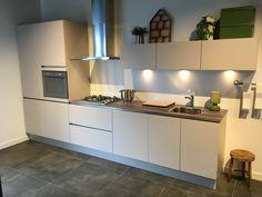 1538. Moderne rechte keuken. 390 cm. Inclusief luxe keukenapparaten met gas kookplaat. | Goedkoopste showroomkeukens.