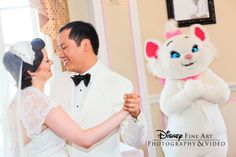 One cool cat showed up at this couple's reception #Disney #wedding #Aristocats Marie