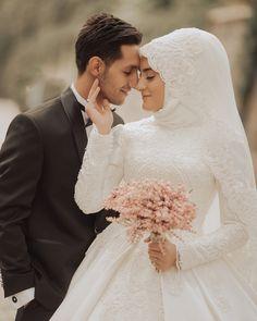 vind-ik-leuks, 5 reacties - Meryemce Turban Tasarım ( op I . - Trouwartikelen & Decoratie Per Bruiloft Thema Muslim Wedding Gown, Hijabi Wedding, Muslimah Wedding Dress, Muslim Wedding Dresses, Muslim Couple Photography, Wedding Photography Poses, Wedding Poses, Wedding Photoshoot, Bridal Hijab