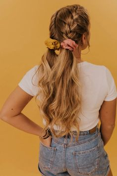 haar looks Add some color to your hairdo with these fun hair scrunchies! Featuring bold bright colors, you can pair these with almost any outfit you choose. Shop these scrunchies and more on our online clothing boutique! Box Braids Hairstyles, Straight Hairstyles, Hairstyle Ideas, Wedding Hairstyles, Scrunchy Hairstyles, Easy Everyday Hairstyles, Cute Simple Hairstyles, Waitress Hairstyles For Long Hair, Woman Hairstyles