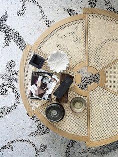 mesa de centro de palha e madeira