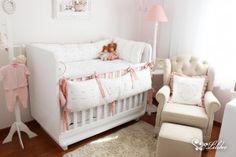 Os móveis escolhidos pelos pais, em estilo mais moderno, contrastam com detalhes românticos, como molduras, abajur e quadrinhos dando um toque especial à decoração.