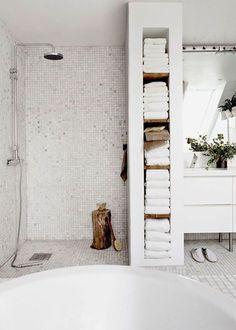 Idée décoration Salle de bain Ici la cloison qui isole la douche italienne du reste de la salle de bain sert