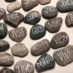 Natural place cards in a simple style. It's a cheap solution, as the Stones has been collected at the Beach for free. Perfect for that light, scandinavian style wedding!
