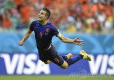 サッカーW杯ブラジル大会(2014 World Cup)グループB、スペイン対オランダ。ダイビングヘッドで得点を挙げるオランダのロビン・ファン・ペルシー(Robin Van Persie、2014年6月13日撮影)。(c)AFP/LLUIS GENE ▼14Jun2014AFP オランダ、王者スペインを5-1で粉砕 http://www.afpbb.com/articles/-/3017654 #Robin_Van_Persie #Spain_Netherlands_group_B #Brazil2014