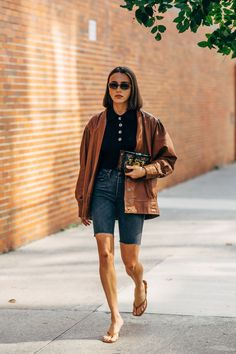 New York Fashion Week Delivered All the Street Style You've Been Waiting For New York Street Style, Casual Street Style, Looks Street Style, Street Style Summer, Robe Baby Doll, Bermuda Shorts Outfit, Printemps Street Style, New York Summer, Fall Transition Outfits