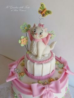This is my Marie, sweet kitty from Aristocats! I made it for the first birthday of Marta; the cake is a chocolate cake filled with chantilly cream and chocolate cream and covered with chocolate ganache and sugar paste.