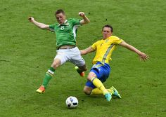 Ireland's midfielder James McCarthy (L) and Sweden's midfielder Kim Kallstrom vie for the ball during the Euro 2016 group E football match between Ireland and Sweden at the Stade de France stadium in Saint-Denis on June 13, 2016. / AFP / PHILIPPE LOPEZ