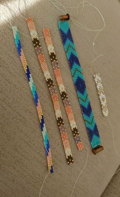 Learn how to make friendship bracelets_____ _____ _____ ____ Peyote Patterns, Beading Patterns, Peyote Stitch Tutorial, Bead Loom Designs, Bead Loom Bracelets, Macrame Tutorial, Brick Stitch, Loom Beading, Bead Weaving