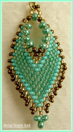 Really nice pendant shape - Russian Leaf adaptation? Seed Bead Jewelry, Seed Bead Earrings, Leaf Earrings, Beaded Earrings, Beaded Jewelry, Handmade Jewelry, Beaded Bracelets, Jewellery, Seed Beads