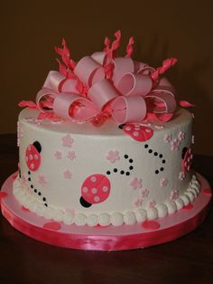 ladybug cake.....wonder if I could pull this off for Paisley's birthday?