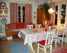 pöytä,ruokailuryhmä,puusohva,ruutuikkunat,punainen