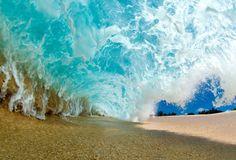 Foto de Clark Little; ele entra nas ondas para fazer a imagem perfeita (Foto: Clark Little/Divulgação)