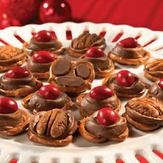 Reindeer paws and noses: pretzels topped with Rolo candies and pecans or peanut M & Ms ~ from Holiday Cottage