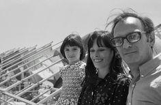 """El cineasta español Carlos Saura en el marco del Festival de Cannes, el 14 de mayo de 1976, con las actrices de su film """"Cría Cuervos"""", su entonces compañera británica, Geraldine Chaplin, y la española Ana Torrent"""