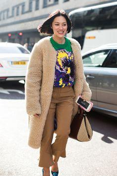 Street style at London's Fall-Winter Fashion Week Street Style Fashion Week, Street Style 2018, Street Style Women, Street Chic, Latest Dress Design, Fall Capsule Wardrobe, Autumn Winter Fashion, Fall Winter, Fall Fashion