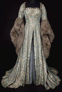 платье с меховыми рукавами