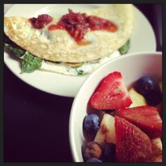 Egg white omelet with fruit and cinnamon
