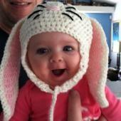 Baby mit Häschenmütze