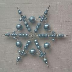 Modrá hvězdička Beaded Christmas Ornaments, Snowflake Ornaments, Christmas Snowflakes, Christmas Deco, Christmas Crafts, Beaded Crafts, Wire Crafts, Xmas Tree Decorations, Beads And Wire