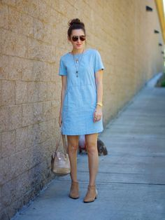chambray shift dress with booties or nude flats Chambray Dress, Jeans Dress, Dress Skirt, Outfit Vestidos, Denim Fashion, Street Fashion, Casual Chic, Casual Looks, Spring Outfits