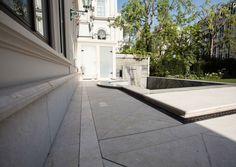 Ein extravagantes Pool auf der Terrasse einer Wohnung in der Wiener Innenstadt mit Römereinstieg und Wasserfall-Wand. Sidewalk, Patio, Waterfall, Natural Stones, Side Walkway, Walkway, Walkways, Pavement